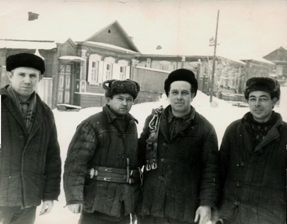 1963 г. - бригада электромонтажников при проведении работ по монтажу анкерных металлических опор ВЛ -10кВ. г. Аткарск