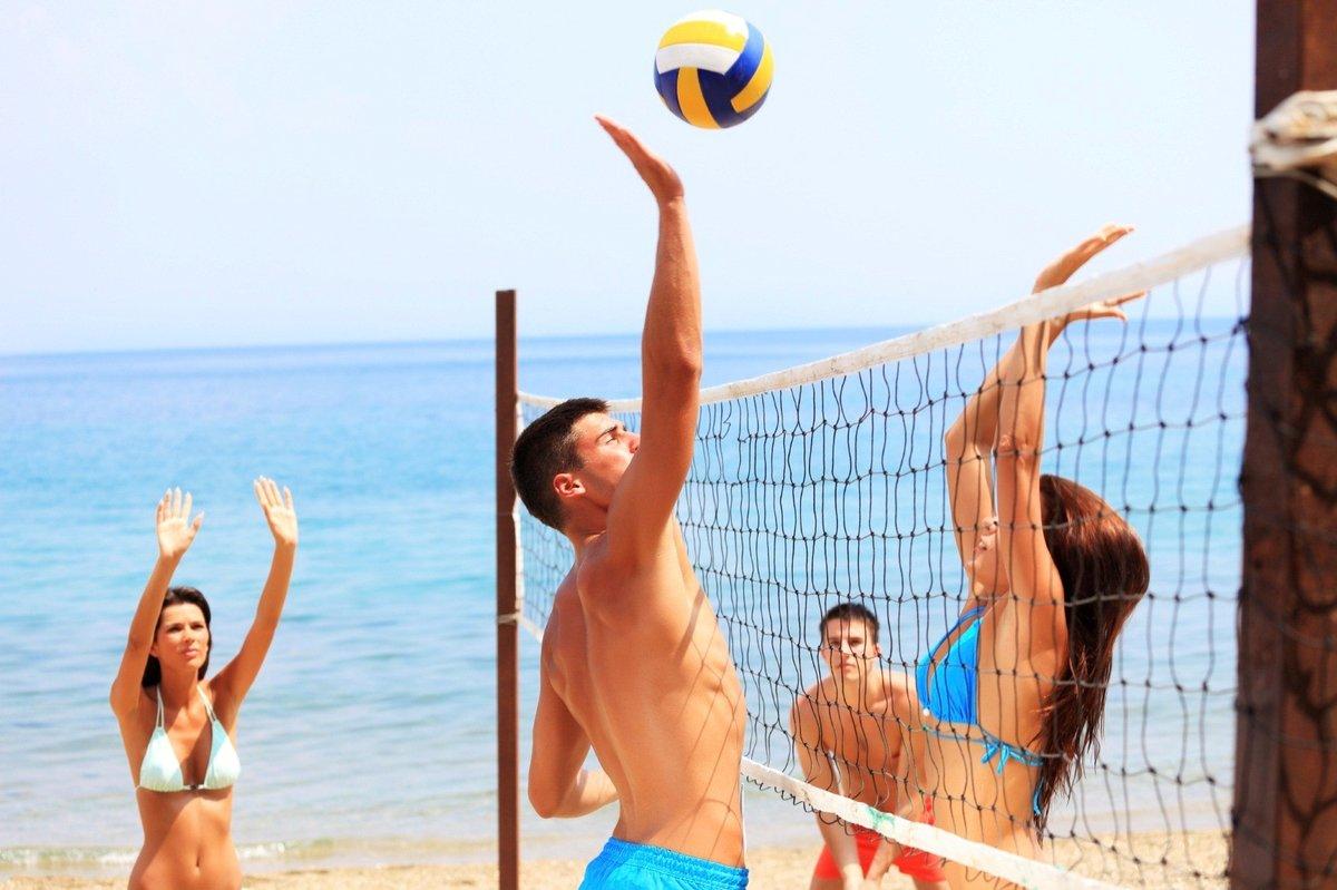 Выходные в Саратове: волейбол на пляже, окрошка и йога с лебедями