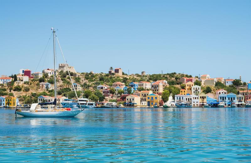 побережье-с-красочными-омами-ясная-морская-во-а-острова-яхта-греция-78014627