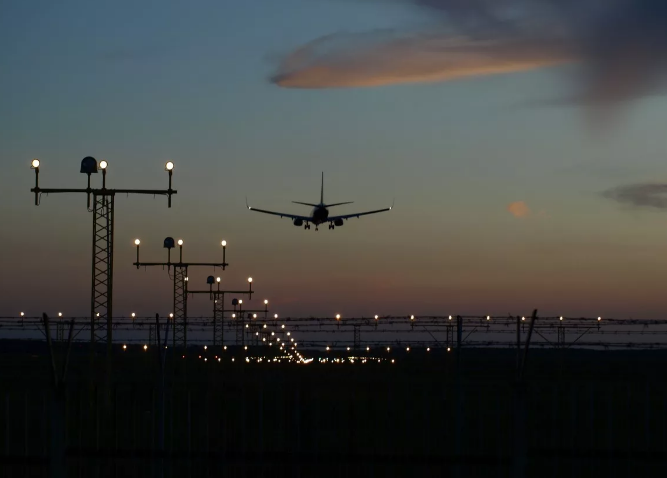Посадка вслепую: треснувшую взлетную полосу нового саратовского аэропорта общественности покажут в потемках