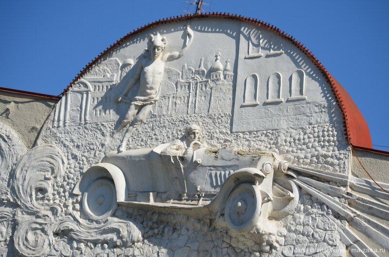 Памятник в аренду: в Саратове на аукционе сдадут под офисы городскую думу и исторический гараж