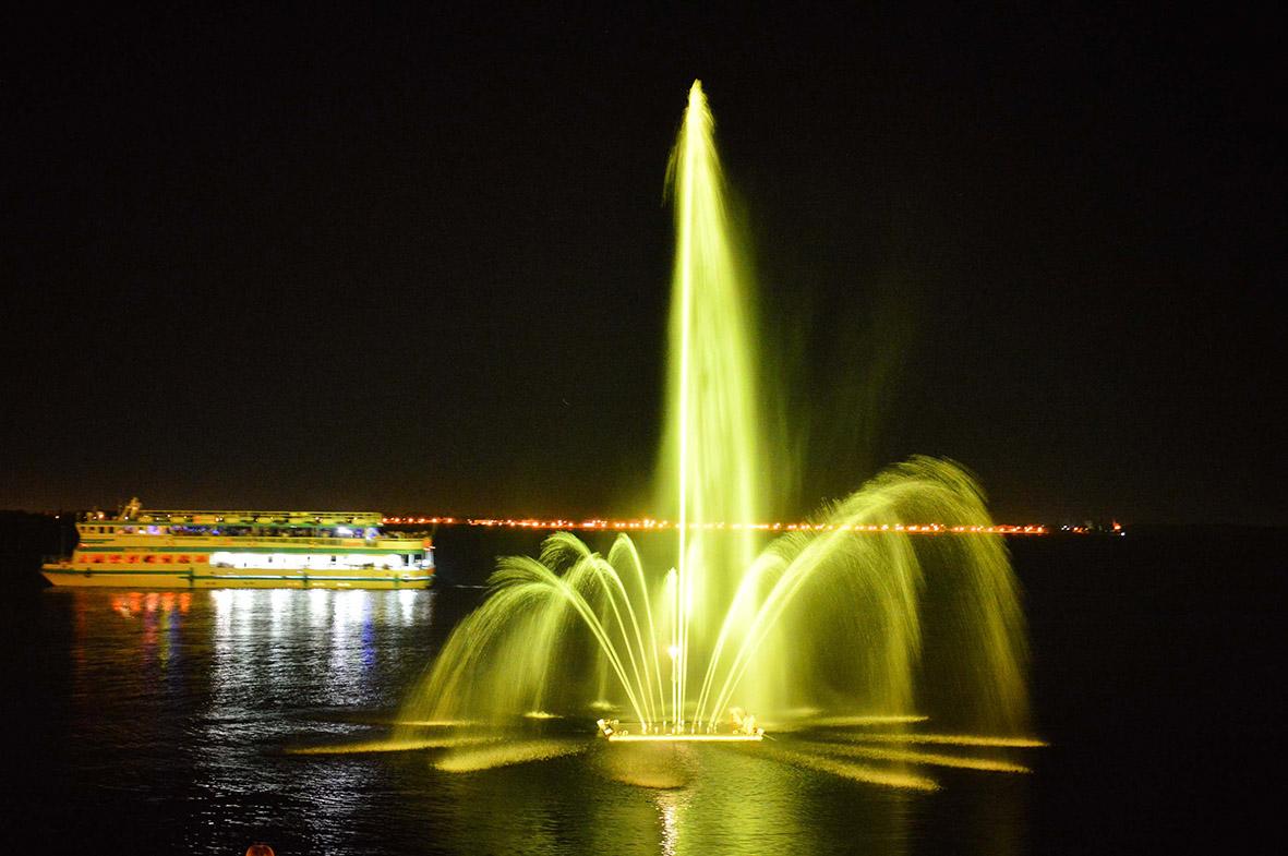Миллион рублей в струю: подаренный Александром Плутником фонтан на Волге обходится Саратову все дороже
