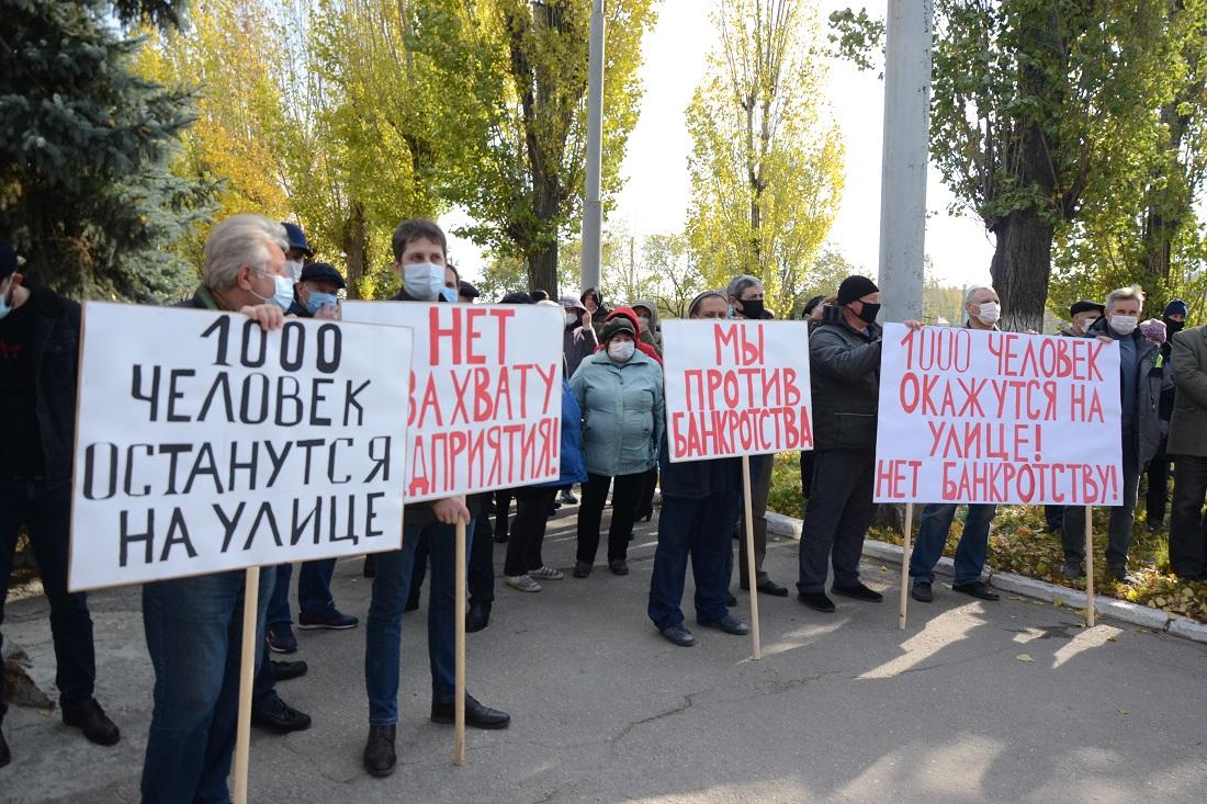 Кредиторов Саратовского института стекла призвали к миру и встретили митингом рабочих. Но конкурсное производство, похоже, введут