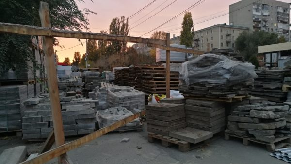На саратовской набережной стало жарко: «С.И.Т.И» рассовывает деньги по иногородним подрядчикам, за порчу деревьев ответит ИП из Асбеста